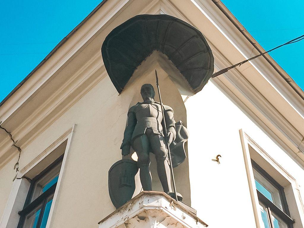 """Skulptūra """"Miesto vartų sargybinis"""""""